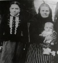 Josefova matka vlevo, vpravo Josefova babička se svým půlročním synem Františkem, Brloh, počátek 20. let