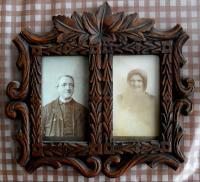 Anderlovi, Josefovi praprarodiče z matčiny strany, oba zemřeli 1910 (tyto fotografie jsou i s rámečkem rodinnou památkou zachráněnou doslova z hnoje)