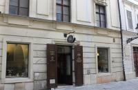 Antikvariát Steiner - v súčasnosti sídli vo vedľajšej, menšej budove, ako pred vojnou