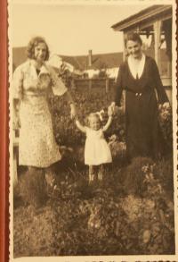 Lýdia Piovarcsyová s matkou a starou matkou ako dieťa