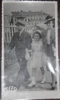 Lýdia Piovarcsyová s rodičmi