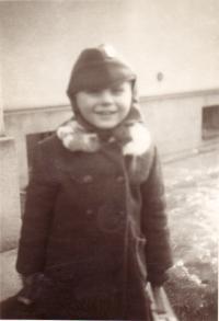 V tatínkově vojenské čepici