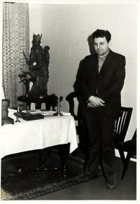 Jaroslav Duka při domovní prohlídce Státní bezpečností, Plzeň červenec 1981