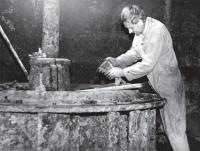 Josef Podzimek opravuje turbínu vodní elektrárny