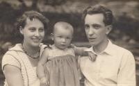 Maminka, tatínek a jednoletá Miluška Havlůjová, 1930