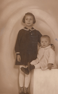 S bratrem Karlem, 1935