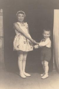 Miluška Havlůjová s bratrem Karlem, 1937