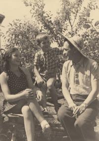 S maminkou Emílií a tatínkem Jaroslavem, poslední společná fotka s maminkou před jejím zatčením, léto 1944