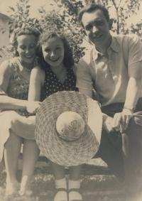 Prázdniny 1944, Miluška Havlůjová s maminkou a tatínkem