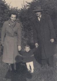 Manželé Havlůjovi se synem Tomášem- poslední fotka před zatčením Milušky, Velikonoce 1953