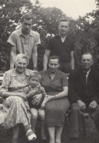 Rodinná fotografie, kterou měla Miluška Havlůjová povolenou ve vězení (horní řada zleva: bratr Karel, manžel Miroslav, dolní řada zleva: babička Louisa Tarámková, syn Tomáš, maminka Míla a tchán František Havlůj), 1954