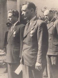 Otec Jaroslav Pompl dostává válečný kříž, 1946