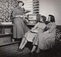 Manekýnou v Ústavu bytové a oděvní kultury, 1951