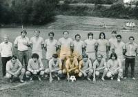 Ignác Žerníček (první zleva) s A-týmem Hanušovic, 70. léta
