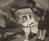1939, Roztoky, the witness with his mother and grandmother, in the back yard of the house where he later lived with his grandmother