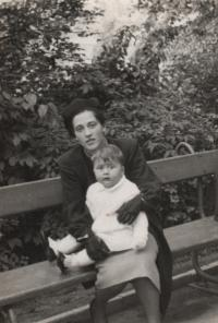 1939, Libeň, the witness with his mother on Manor Hill