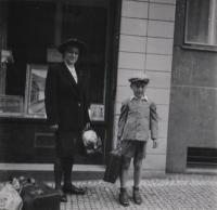 June 1944 (before departing to Moravia), Libeň, the witness with the family maidservant Marie in front of his family's house at 1835/19 U Libeňského pivovaru Street