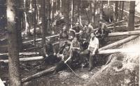 .Lesní brigáda DAMU,1952 (J.Kolářová,R.Vodrážka,J.Dudek,I.Palec a lesník)