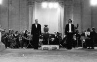 Kasal Jan - vlevo, vpravo sólista František Mílek 2.8.1978  komorní orchestr pražské konzervatoře ve Valdštejnské zahradě