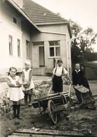 Kasal Jan - zleva - Jiřina a Máňa Fürbachovi, Jiří a Jan kasal, Koupě 1935 nebo 1936