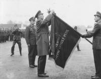 30. sbolp Hradec Králové 1968, zprava velitel 30. sbolp pplk. Zubo, velitel letectva gen. Vítek, zástupce velitele pluku pplk. Čeřovský