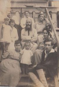 Dobová fotografie, vpředu matka pamětníka Marie