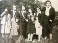 Renata's sister Lea Hönigsbergová (3rd from left) in Manchester, 1940