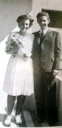 Wedding photo - Renata Hönigsberová and Alexandr Weiss (they adopted Hebrew names Shoshana and Shmuel Zachor), 1946