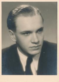 Branislav Tvarožek, 1946 - maturitní foto