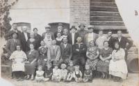 Obyvatele legionářské kolonie Stráž pri Čope v roce 1935 (pamětnice třetí zleva dolní řada, její rodiče druhý a třetí zleva horní řada)