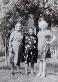 Pamětnice s matkou a tetou během návštěvy rodného kraje v roce 1973