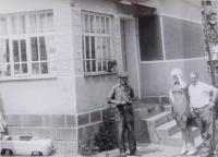 Se strýcem během návštěvy rodného kraje v roce 1973