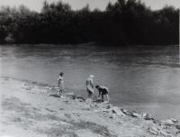 U řeky Latorica během návštěvy rodného kraje v roce 1973