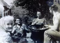 Vlevo Marie Čuboková během návštěvy rodného kraje v roce 1973