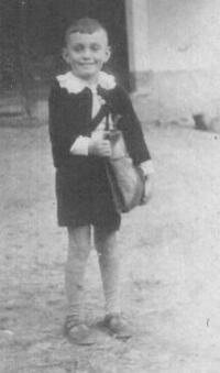 první den ve škole s taškou, kterou ušil tatínek