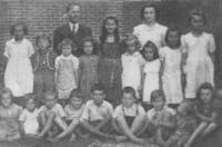 3. třída obecné školy (čtvrtý zleva)