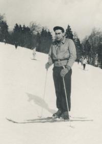 Stanislav Husa na lyžích – dobová fotografie, 1956