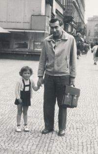 Stanislav Husa – historical photograph with his daughter after being released from prison, 1956