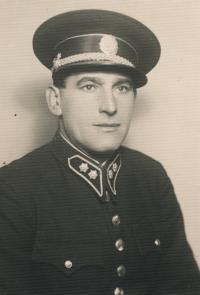 Stanislav Husa – portrét otce Josefa Husy v policejní uniformě, dobová fotografie