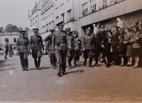 Vágenknecht - ppluk. Zíver, por. Kosina, čet.por. Kmoch, Rusové, škpt. O. Číla, Strž. Brandejský, rodiče s bratrem, 12.5.1945
