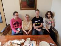 Věra Erhartová s žáky ze ZŠ Křížová