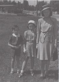 Paní Štolbová s bratrem a  maminkou
