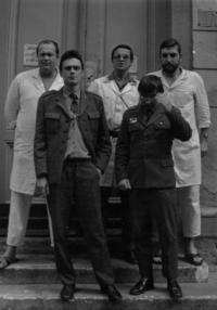Před ošetřovnou VÚ 9967 Beroun. Stojící v horní řadě zleva: dr. Karel Venig, Karel? Kroulík - zdravotník, Jiří Wicherek; dole: Češka (z Prahy), Ján Huďa - zdravotník