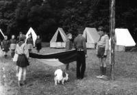 Vztyčování vlajky na skautském letním táboře u Manětínského potoka v létě 1969