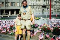 Jiří Wicherek se synem před základním kamenem pomníku Díky Ameriko, 1990
