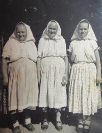 Zleva sestra Antonie, matka Rogálie a neteř v roce 1958 v Chrasticích