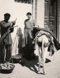 Jiřina Heimová na nákupech v Íránu