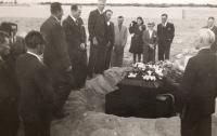 Pohřeb Richarda Heima na arménském křesťanském hřbitově v Tabrízu