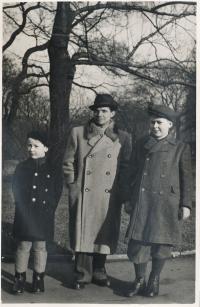 Zdeněk Kukal (1. zleva) se strýcem Šimkem (40. léta)