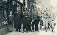 Zdeněk Kukal (vlevo) na konci pražského povstání (9. 5. 1945)